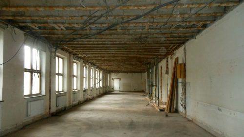 Bauarbeiten in der neuen Schule: Hier wird beispielsweise aus vier ehemaligen Klassenräumen die neue Mensa. fst