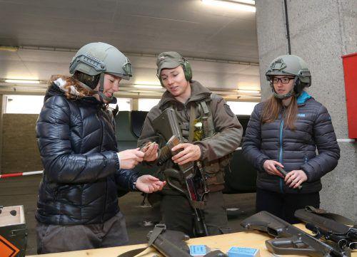 Beim Girls Day wird den jungen Frauen auch das Sturmgewehr erklärt.