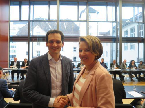 Bürgermeisterin Andrea Kaufmann begrüßt Julian Fässler als neues Mitglied in der Stadtregierung.ha