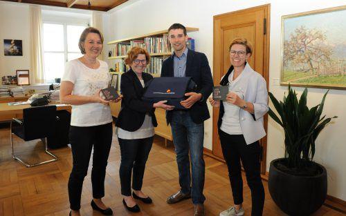 Bürgermeisterin Andrea Kaufmann (links) übergab das 100. Babypaket. Stadt