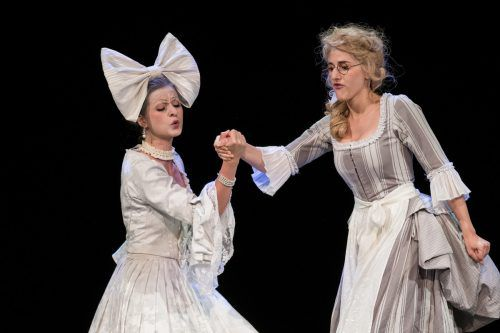 "Clara Corinna Scheurle als Marcellina mit Anat Edri als Susanna in ""Le nozze di Figaro"" bei den Bregenzer Festspielen. Sams"