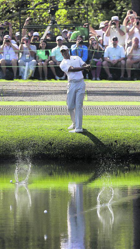 Comeback von Tiger Woods beim Masters. Beim Training in Augusta unterhielt der Golf-Superstar die Zuschauer mit Wasserspielen. ap