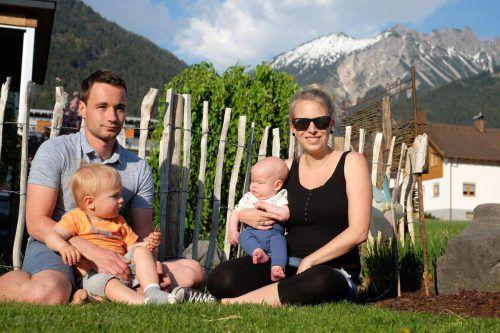Daniel und Miriam Battlogg mit den beiden gemeinsamen Kindern Leo und Luis.