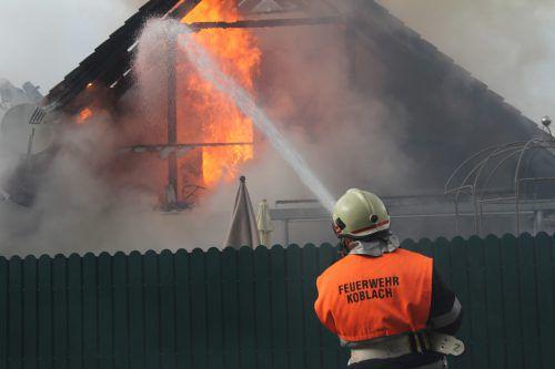 Das obere Stockwerk des Wohnhauses brannte komplett aus. VOL.AT/Rauch