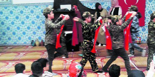 Dass in ATIB-Moscheen Kinder eine historische Schlacht in Tarnanzügen oder als gefallene Soldaten nachgestellt haben, hat österreichweit für Aufregung gesorgt.  FB