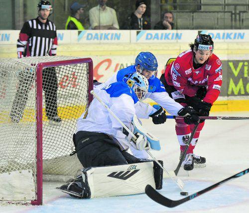 Der Dornbirner Dominic Zwerger findet im kasachischen Torhüter Henrik Karlsson seinen Meister.ap