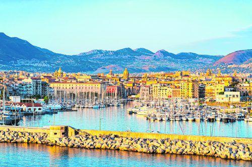 Der Hafen von Palermo vor dem Hintergrund der grünen Bergwelt.Shutterstock (5)