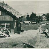 """<p class=""""caption"""">Der Pfänder ist ein beliebtes Ausflugsziel. Seit 1927 ist dieser mit einer der ältesten Seilschwebebahnen Österreichs erreichbar.</p>"""