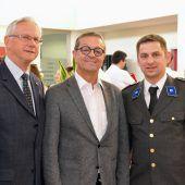 """<p class=""""caption"""">Der Rotkreuzdiamant für Jürgen Bürkle (Mitte) mit Altbürgermeister Helmut Zimmermann und Kommandant Achim Dünser.</p>"""