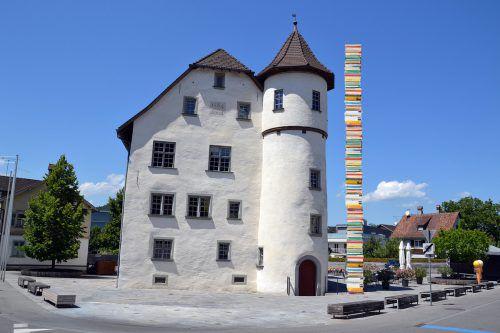 Der Turm des Junker-Jonas-Schlössles in Götzis ist 18 Meter hoch. Der Bücherturm von Vorarlbergs Schülern sollte ihn überragen. VN