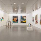 Künstler führen durch Ausstellung