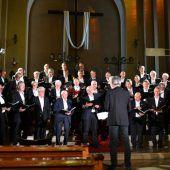 """<p class=""""caption"""">Die Chöre beeindruckten bei der Aufführung in der Heilig-Kreuz-Kirche mit harmonischem Klang. BI</p>"""