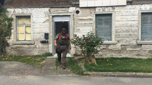 Die Cobra-Einsatzkräfte verschafften sich gegen 14.30 Uhr Zutritt zum Haus. Vol.at/Madlener