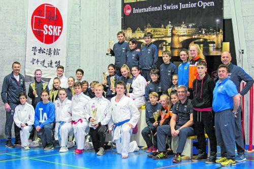 Die erfolgreichen Karatekas und ihre Trainer und Betreuer bei der Swiss Junior Open in Basel.Verband