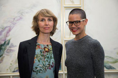 Die Preisträgerinnen Christina Walker (l.) und Carolyn Amann bei der Verleihung am Montagabend in Bregenz.VN/Paulitsch