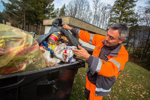 Die Verkehrsteilnehmer hinterließen im Vorjahr auf der Rheintalautobahn einen 250 Tonnen schweren Müllberg. Tendenz steigend. VN/Steurer