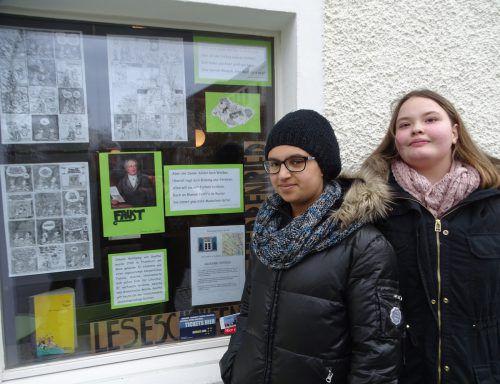 """Dramenklassiker in Bildern und Sprechblasen: Graphic Novels (Literaturcomics) zu Goethes """"Faust"""" zierten die Fenster der TSH. tf"""