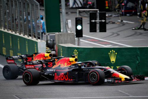Duell beim Grand Prix in Baku bis zur bitteren Neige: Die beíden Red-Bull-Kontrahenten Daniel Ricciardo und Max Verstappen. gepa