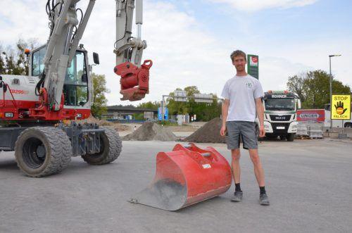 Eine rot lackierte Baggerschaufel wie diese wurde von der Baustelle der Autobahnraststätte in Hörbranz geklaut. Der sogenannte Löffel ist über 230 Kilo schwer. ger
