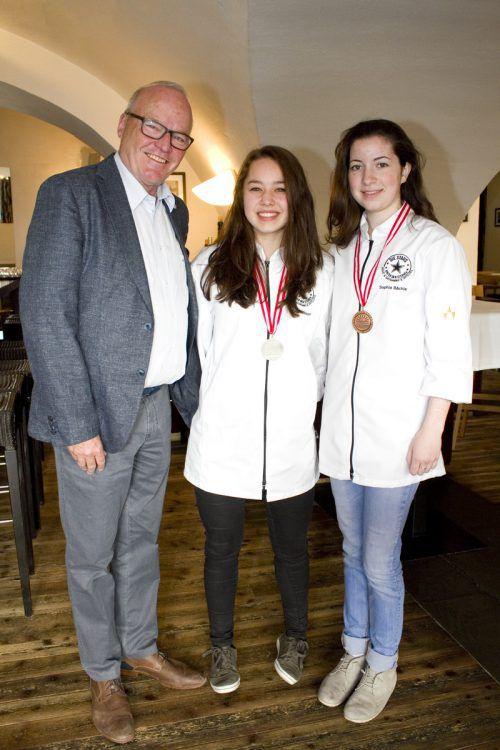 Elmar Herburger mit Tina Maissen (Silber) und Sophia Bächle (Bronze).