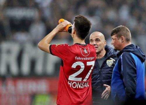 Entgeisterter Blick von Trainer Schmidt (r.), nun fällt auch Mathias Honsak aus. gepa