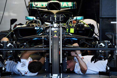Es wird kräftig geschraubt am Silberpfeil von Lewis Hamilton. Der Bolide funktioniert noch nicht nach Wunsch. apa