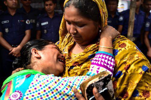 Familienangehörige gedachten während des Protestmarsches der Opfer. AFP