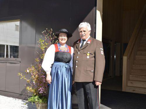"""Feuerwehr-""""Fahnogotle"""" Helga Konzett und Fähnrich Werner Albrich."""