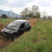 Auto landet im Graben