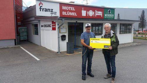 Franz Blümel (l.) übergibt Elmar Stüttler den Spendenscheck.TDD