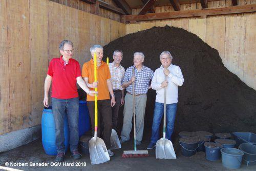 Freiwillige Helfer des Obst- und Gartenbauvereins Hard am vergangenen Wochenende bei der beliebten Erdenausgabe. OGV Hard
