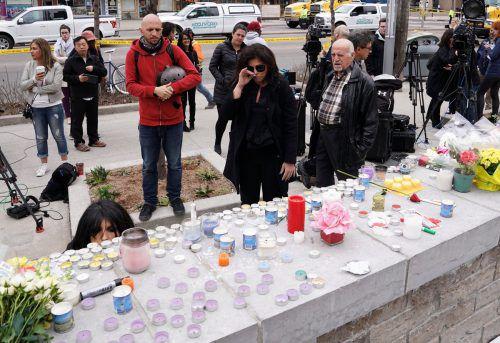 Große Trauer nach dem schrecklichen Attentat auf wehrlose Fußgänger in Toronto. Viele Menschen brachten Blumen und Kerzen. Reuters