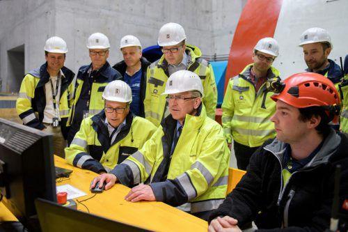 Es geht voran: Im April konnten die Vorstände Mennel und Germann im Pumpspeicherkraftwerk Obervermuntwerk II das erste Drehen feiern.IV