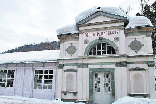 Im Forum Paracelsus in St. Moritz ist die bronzezeitliche Quellfassung ausgestellt.