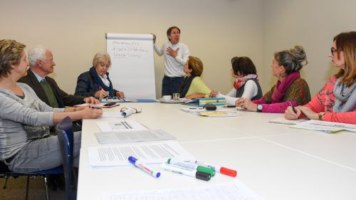 Im Konversationskurs unterhalten sich die Teilnehmer über die wichtigen Themen des Lebens. VN/Lerch