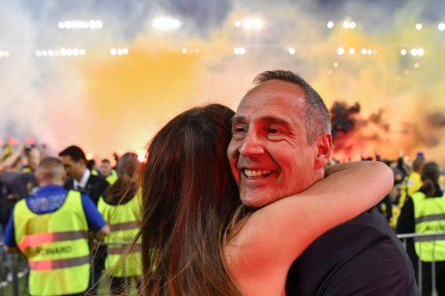 Im Moment des Triumphs genießt YB-Meistertrainer Adi Hütter am Spielfeldrand die innige Umarmung seiner Gattin Sabine.apa
