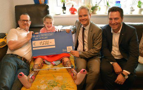 Im Rahmen einer kleinen Feierstunde wurde an Leonie durch Landesdirektor Markus Stadelmann (r.) ein Scheck für die Anschaffung eines iPads übergeben. Uniqa