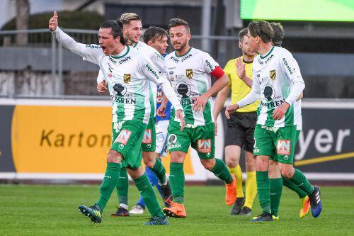 In seinem erst dritten Erste-Liga-Spiel gelang dem Lustenauer Nicolai Bösch (links) der erste Treffer in seiner Profilaufbahn.gepa