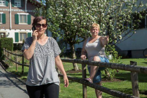 Jasmine Kurter, Sandra Bauer und weitere Nachbarn alarmierten die Polizei und eilten dem Hausbesitzer zu Hilfe. VN/Paulitsch