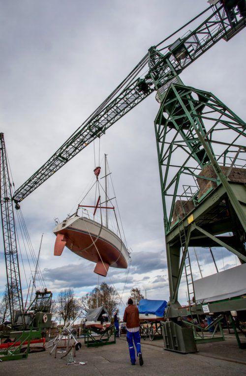 Kommt ein Segelboot geflogen. In der Bootswerft Hartmann werden derzeit reihenweise Boote eingewassert.VN/Paulitsch