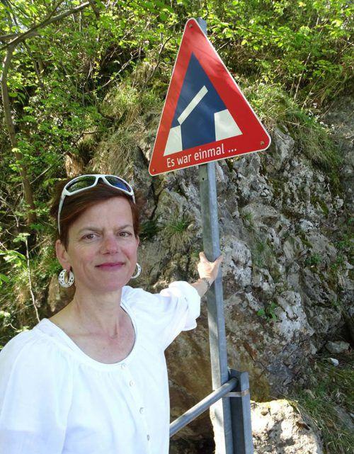 Künstlerin Uta Belina Waeger mit einer der Tafeln ihrer Ausstellung auf der Ruine Alt-Ems, die an die einstige Zugbrücke erinnert. tf