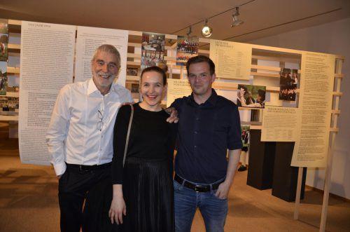 Kurator Anton Bär, Grafikerin Daniela Fetz und Kurator Christian Troy bei der Ausstellung.