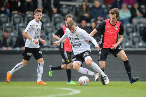 Lars Nussbaumer (am Ball) setzte mit seinem Treffer zum 6:0 den Schlusspunkt beim Kantersieg gegen Hard.vn-sams