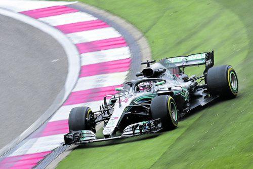 Lewis Hamilton auf Abwegen. Der Brite stellte seinen Mercedes am ersten Trainingstag trotzdem zweimal auf den ersten Platz.ap