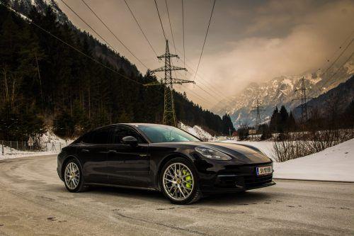 Luxuslimousine mit Öko-Image: als Plug-in-Hybrid kommt der Porsche Panamera fast 50 Kilometer rein elekrisch.vn/steurer