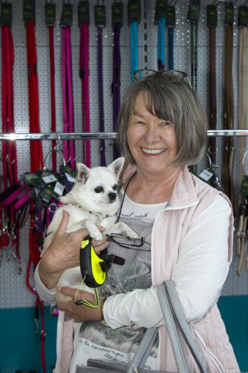 Marianne Huber kam mit Hündchen Coco zur Eröffnung.