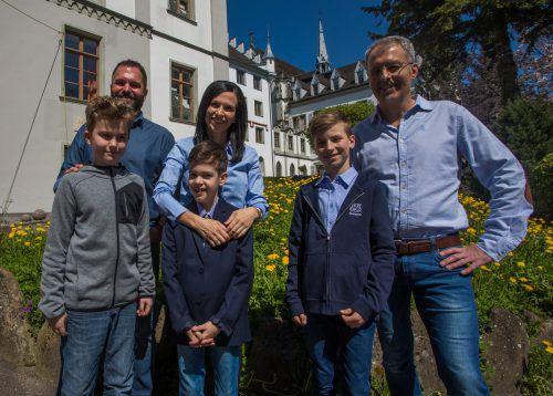 Maurice, Julian und Dominik (v.l.) freuen sich wie ihre Eltern, dass sie bald zu den ersten männlichen Gymnasiasten der Riedenburg gehören. VN/Steurer