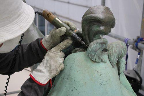 Mit viel Liebe zum Detail wird das Bludenzer Denkmal bearbeitet.