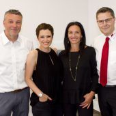 """<p class=""""caption"""">Niederlassungsleiter Franko Schwendinger (l.) mit Sängerin Francine Jordi als Stargast sowie Hiltrud Schwendinger und CEO Egon Döberl. FRANC</p>"""