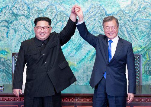 Nordkoreas Machthaber Kim und Südkoreas Präsident Moon schrieben bei ihrem Treffen am Freitag Geschichte. AFP